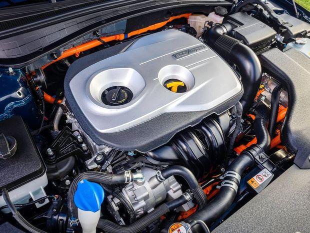 Hybridná sústava spája benzínový 4-valec 2,0 GDI s elektromotorom a 6-stupňovou automatickou prevodovkou.
