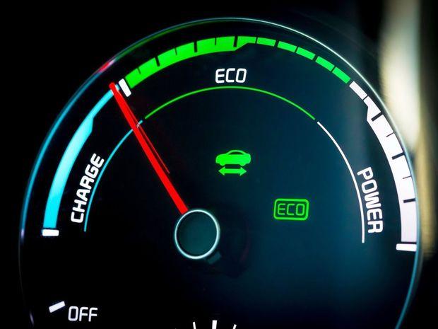 Interiér sa prakticky nelíši od bežných verzií. Rozdiel spočíva len v grafike prístrojového panela s ukazovateľom toku energií namiesto klasického otáčkomera.