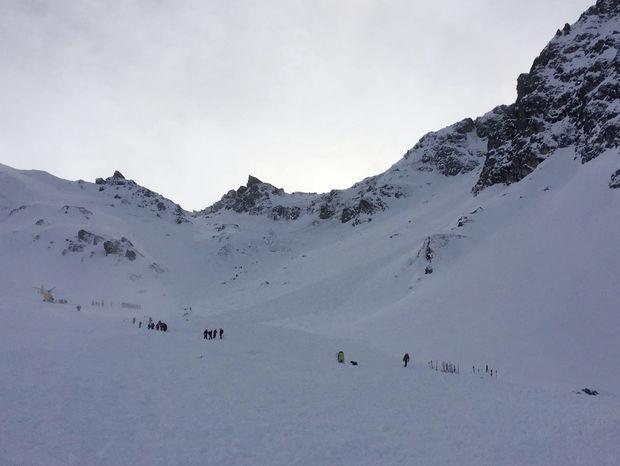 Horská záchranná služba v Rakúsku hľadá českých lyžiarov, ktorých zavalila lavína.