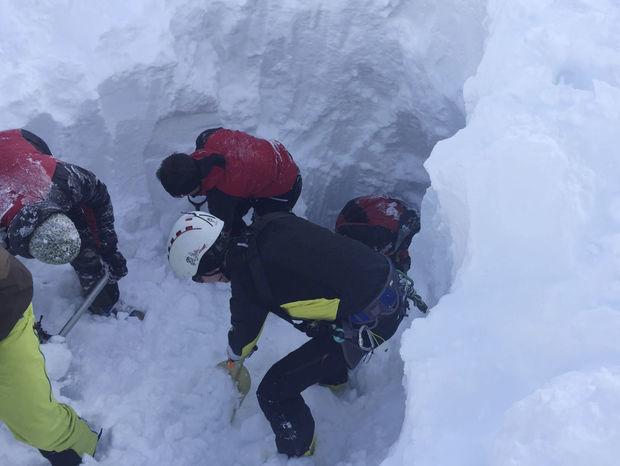 Horská záchranná služba počas hľadania českých lyžiarov, ktorých zasiahla lavína v tirolskom Wattenbergu v Rakúsku.