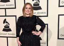 Speváčka Adele na Grammy dorazila v šatách Givenchy.