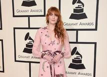 Speváčka Florence Welch zavítala na červený koberec v kreácii Gucci.