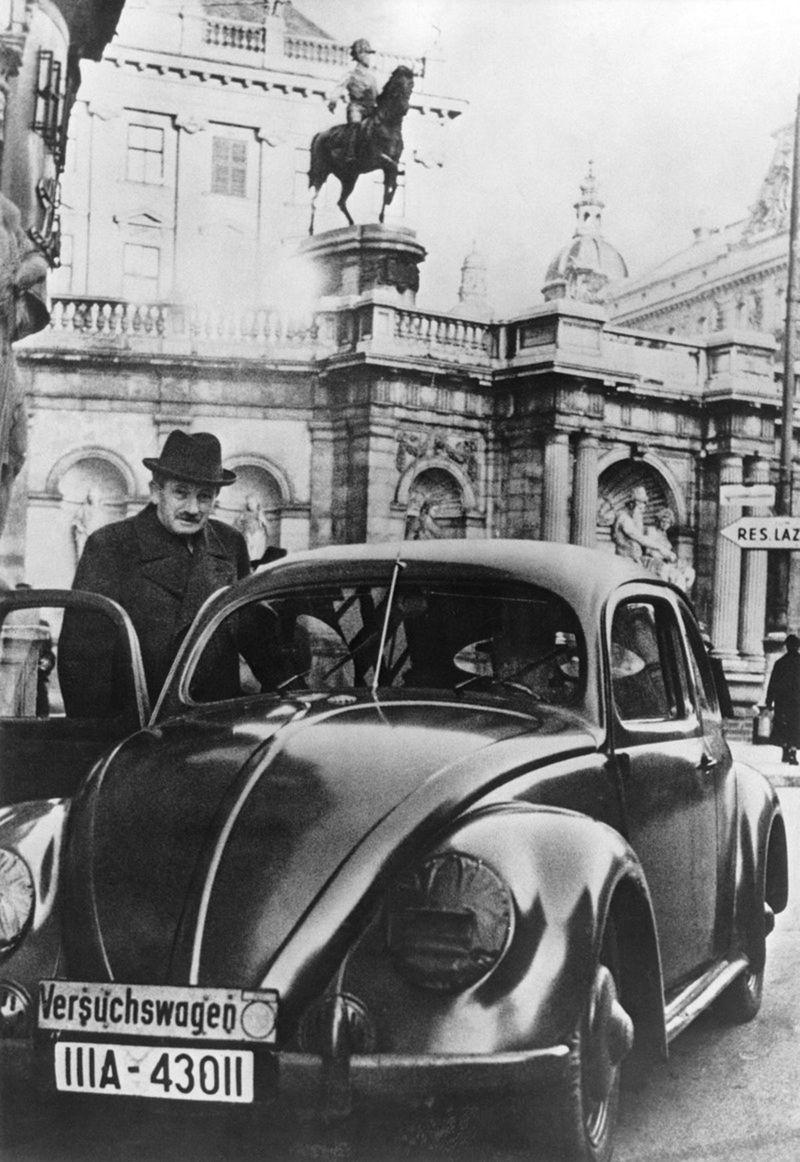 VW Chrobák a jeho autor Ferdinand Porsche.