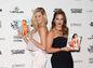 Modelky z titulnej strany Hailey Clauson (vľavo) a Ashley Graham pózujú s magazínmi.