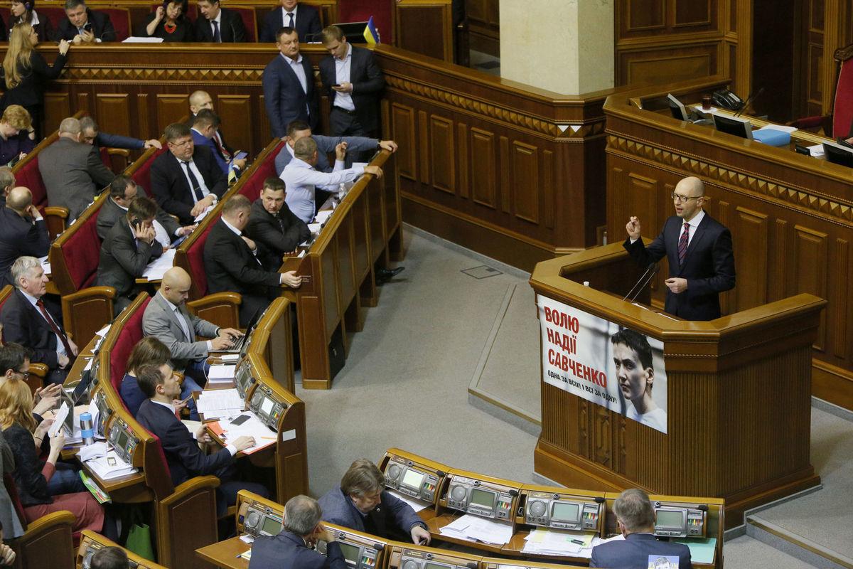 Ukrajinský premiér Arsenij Jaceňuk počas prejavu v parlamente.