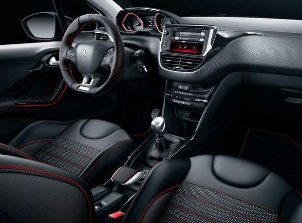 GT Line dáva najavo svoj športový esprit aj v interiéri. Hliníkové pedále, prahové lišty, červené šitie volantu a sedadiel dopĺňa pozmenená grafika rozhrania.