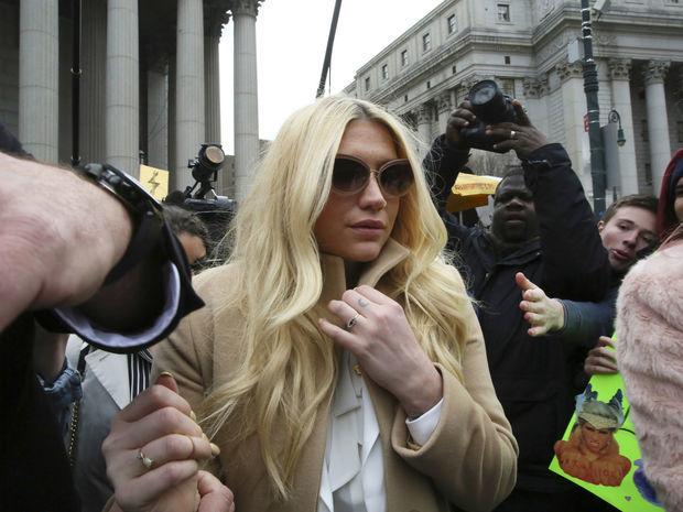Popová speváčka Kesha odchádza zo súdu v New Yorku.