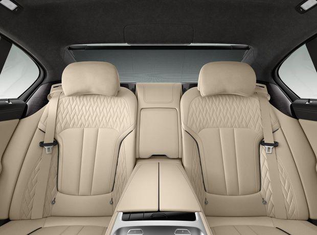Interiér Excellence dáva dôraz na luxus, čo vidieť napríklad na drevených obkladoch a odlišnom čalúnení BMW Individual.