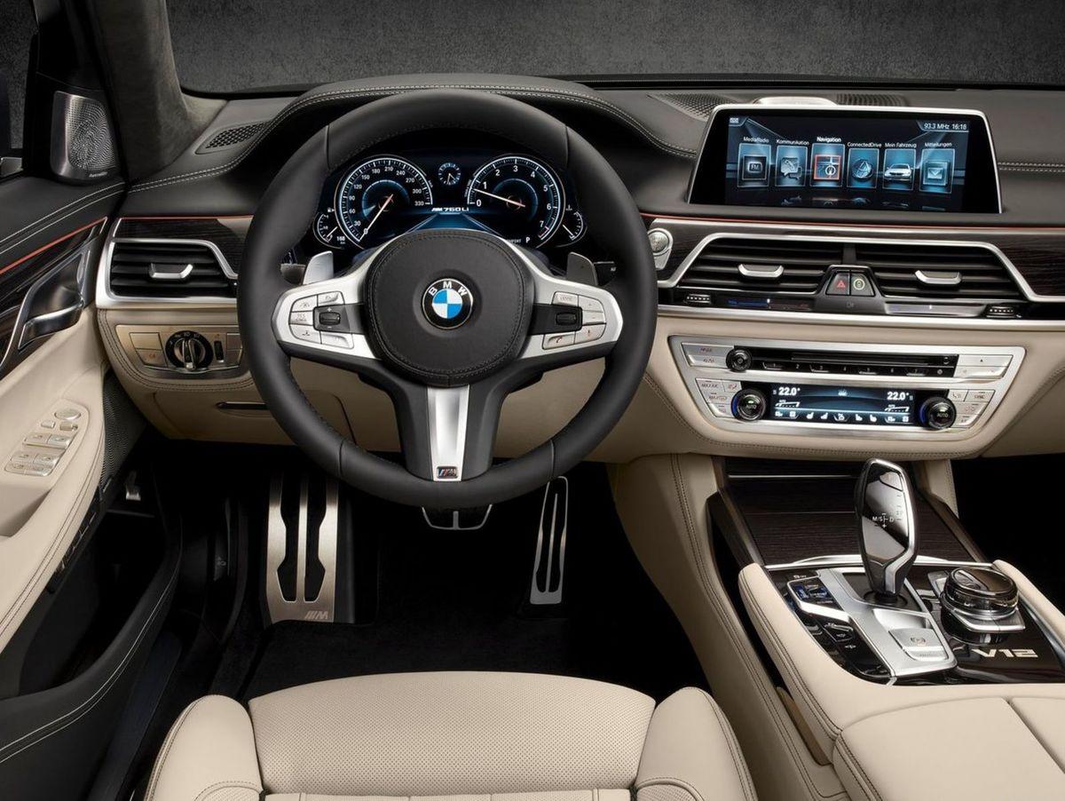 Interiér je tiež zušľachtený M Paketom, čo znamená viac hliníka, športový volant či špecifickú grafiku prístrojového panelu s rýchlomerom až do 330 km/h.