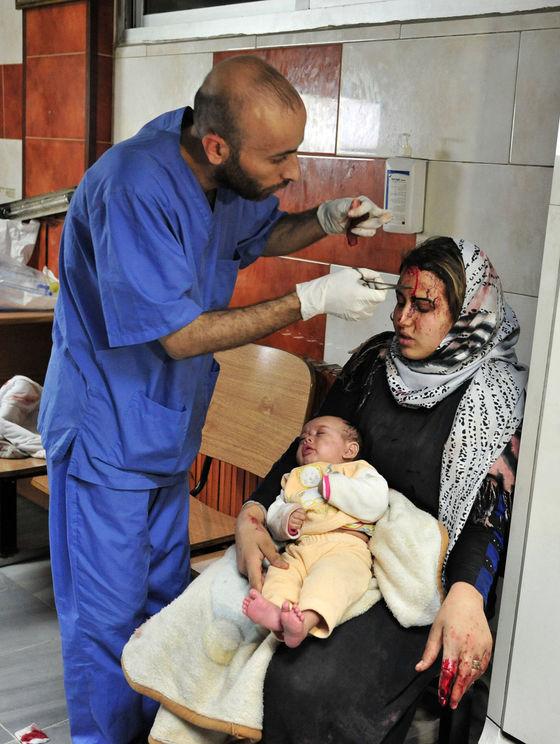 Jednu z desiatok zranených obetí trojnásobného víkendového útoku v damaskej štvrti, ktorá je obývaná väčšinou šiitmi, ošetrujú v jednej z nemocníc. Masaker, ku ktorému sa prihlásili teroristi z tzv. Islamského štátu, si vyžiadal viac ako 120 zabitých civilistov aj vládnych vojakov.