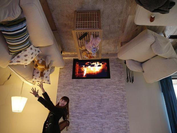 Dom hore nohami a návštevníčka v obývačke.