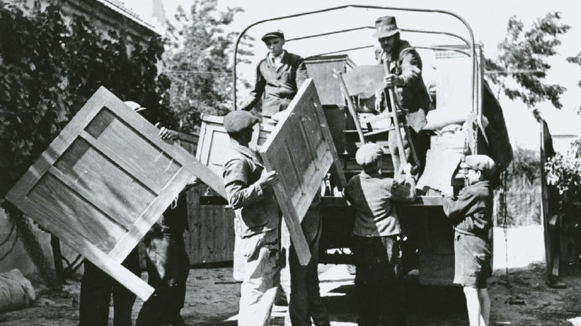 Maďarskí Slováci sa sťahovali väčšinou vlakmi, slovenskí Maďari - nákladnými autami. Odvážali aj hnuteľný majetok.