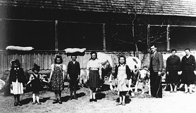 Rodina Némethovcov pred rodným domom v deň sťahovania sa z Pitvarošu do Serede.