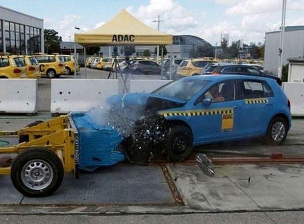 Volkswagen Golf pohorel na slabej ochrane krajných partií čela. Nemá totiž bariéry pred kolesami.