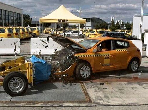 Renault Mégane absorboval energiu nárazu lepšie ako Golf. Airbag vodiča však nedokázal zabrániť kontaktu hrudníka s volantom.