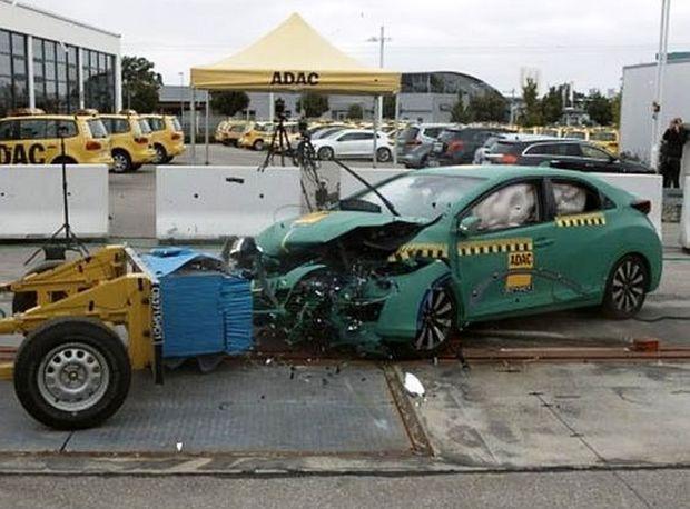 Honda Civic vyviazla bez vážnych pochybní. Jediným problémom bol posun pomocného rámu vzad.