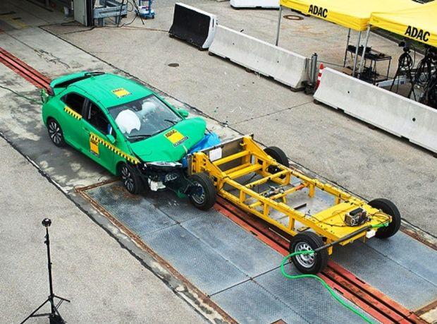 Nová metodika používa pohyblivú bariéru, ktorá vrazí do vozidla rýchlosťou 50 km/h. Takou istou rýchlosťou sa pohybuje aj vozidlo. To znamená, že rýchlosť zrážky je 100 km/h, teda o 36 km/h viac ako pri teste Euro NCAP.