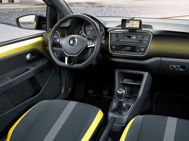 Interiér má novú stredovú konzolu. Vo výbave pribudol napríklad multifunkčný volant, automatická klimatizácia či cúvacia kamera.