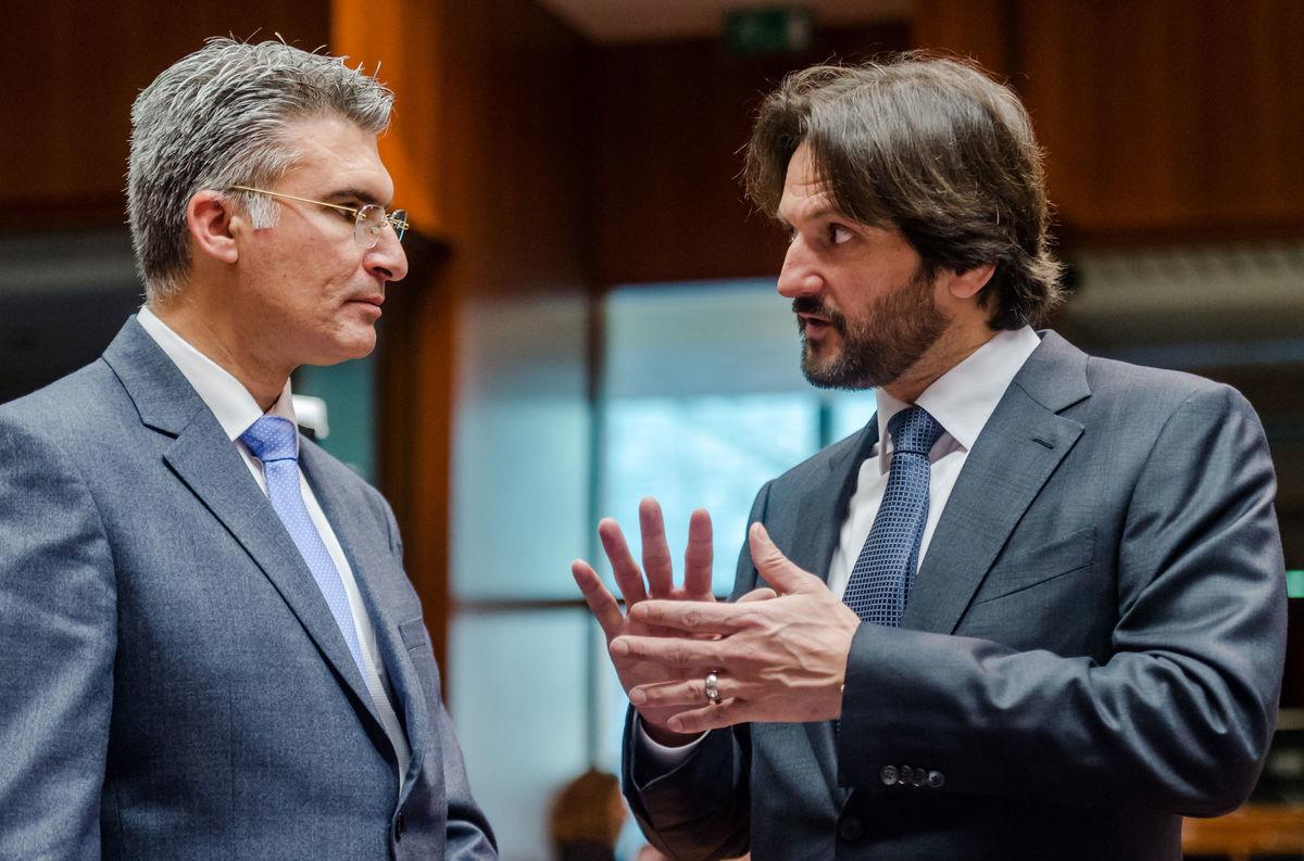 Slovenský minister vnútra Robert Kaliňák (vpravo) a maltský minister vnútra Carmelo Abela počas rokovania Rady pre vnútorné veci v Bruseli.