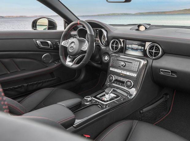 Interiér má väčšie rozhranie so 7,2 palcovým displejom, ale aj nový športový volant s koženým vencom.