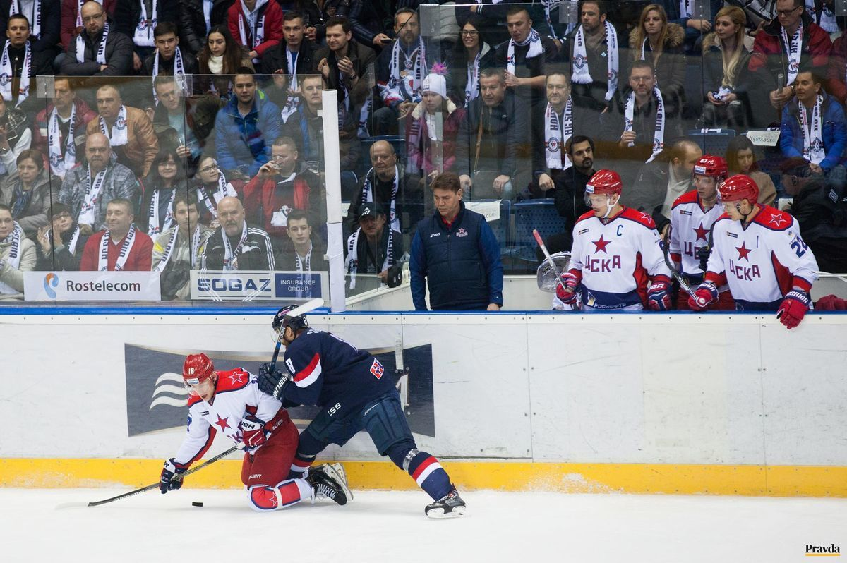 Striedačka CSKA Moskva sleduje obrancu Slovana Michala Sersena.
