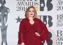 Speváčka Adele sa predviedla v kreácii Giambattista Valli.