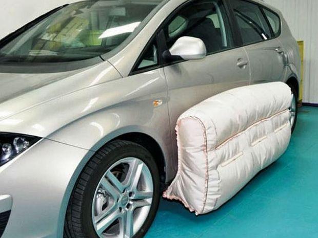 Airbag bude umiestnený v prahu vozidla. To znamená, že bude musieť odolávať vonkajším vplyvom. Na rozhodovanie o nafúknutí bude mať  podstatne menej času ako klasický vnútorný sidebag.