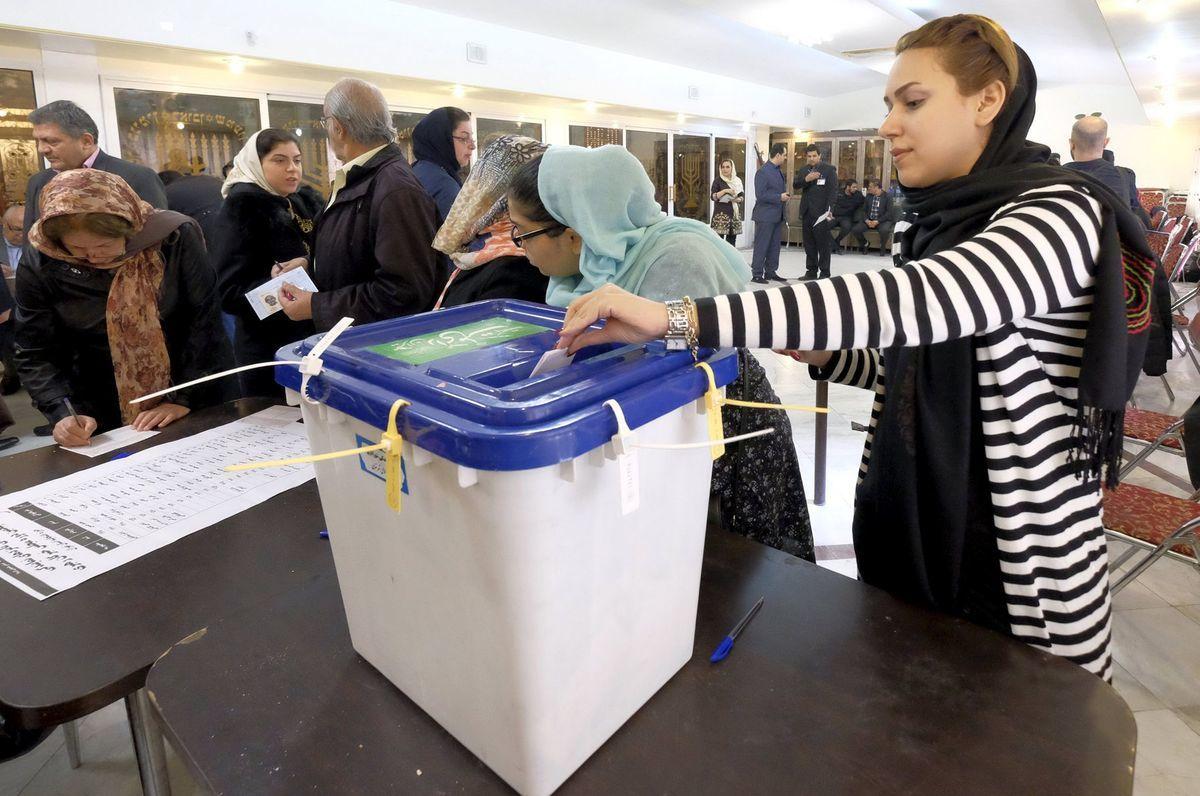Iránska židovka hádže svoj hlas do volebnej urny v synagóge v Teheráne.