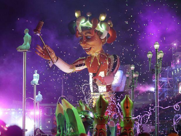 Kráľ karnevalu obklopený ceruzkami a perami sa tento rok sústredil na médiá.