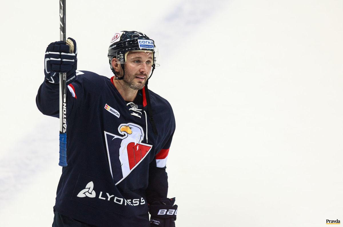 Potlesk pre Ľubomíra Višňovského po jeho poslednom zápase v kariére.