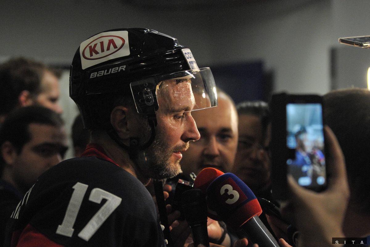 Ľubomír Višňovský v mix zóne dáva rozhovor po poslednom zápase v kariére.