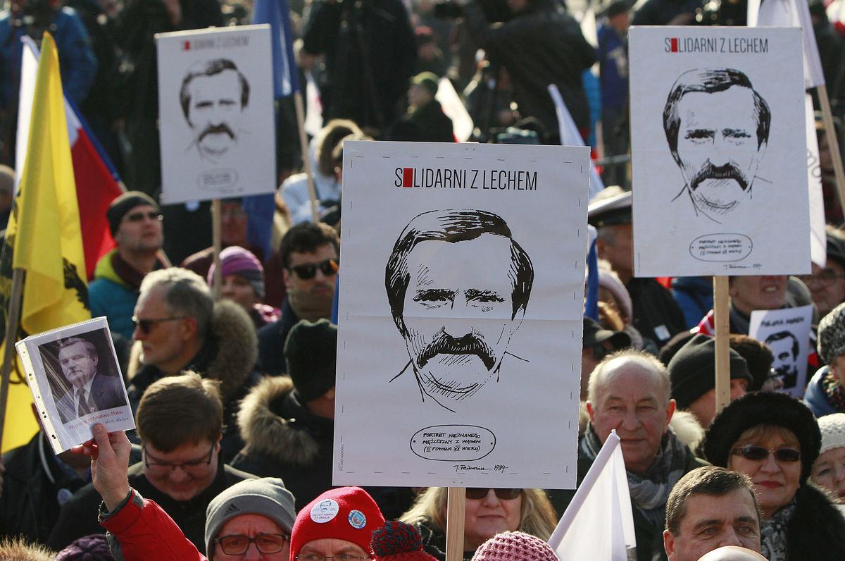 Stúpenci niekdajšieho poľského prezidenta Lecha Walesu protestovali v lodeniciach v Gdansku.