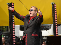 Spevák a hudobník Elton John na neohlásenom koncerte na Sunset Strip.