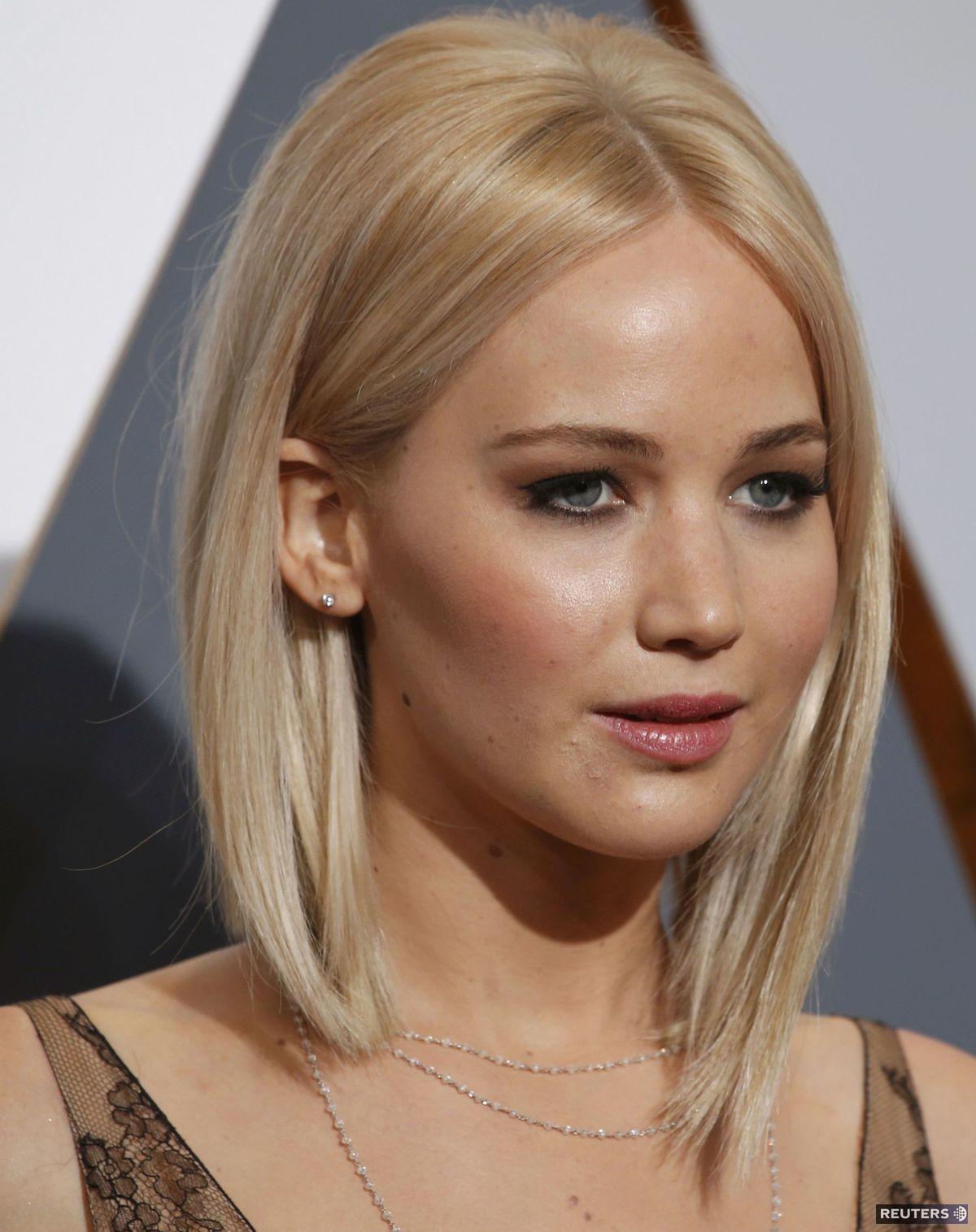 Plavý bob herečky Jennifer Lawrenceovej sa stal jedným z výnimočných účesov 88. ročníka Oscarov. Až platinový odtieň vlasov dominoval pôvabu tejto dámy, ktorá líčenie volila v nežnom a dievčenskom vyznení. So zjednotenou a rozjasnenou pokožkou a výraznejšími očami.