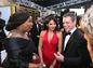 Herečka a moderátorka Whoppi Goldberg (vľavo) sa zhovára s hercom Mattom Damonom a jeho manželkou Lucianou Barroso.