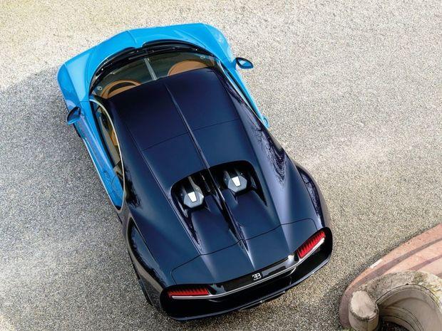 Mohutný 8-litrový 16-valec má vďaka štvorici turbodúchadiel výkon 1 500 koní a krútiaci moment 1 600 Nm. Tieto parametre spracúva 7-stupňová dvojspojková prevodovka.