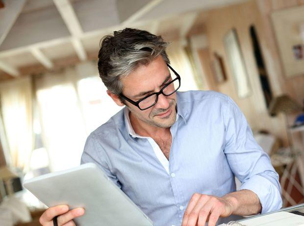 šediny, šedivé vlasy, starnutie, stres, muž, okuliare, zmluva