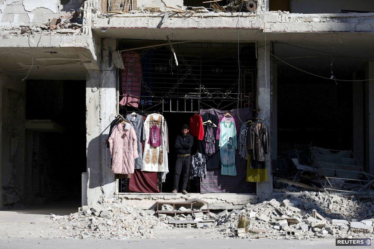 Predajca z predmestia Ghúta v Damasku, kam sa presunuli boje povstaleckých skupín a gangov prezidenta Bašára Asada.
