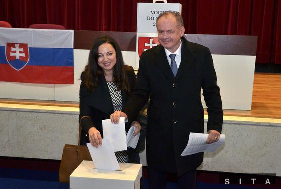 Prezident Kiska s manželkou Martinou volili na Mestskom úrade v Poprade.