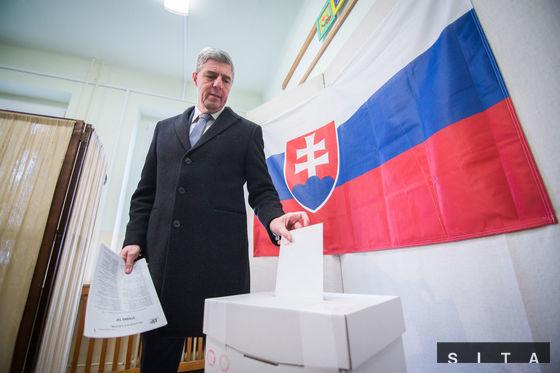 Predseda strany Most-Híd Béla Bugár volil na špeciálnej základnej škole v Šamoríne.