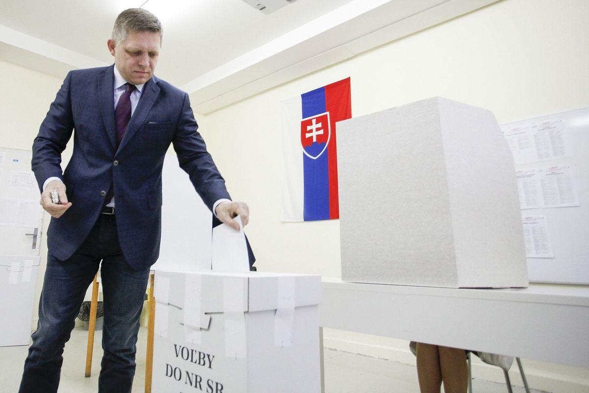 Premiér Robert Fico odvolil medzi prvými voličmi vo svojom okrsku.