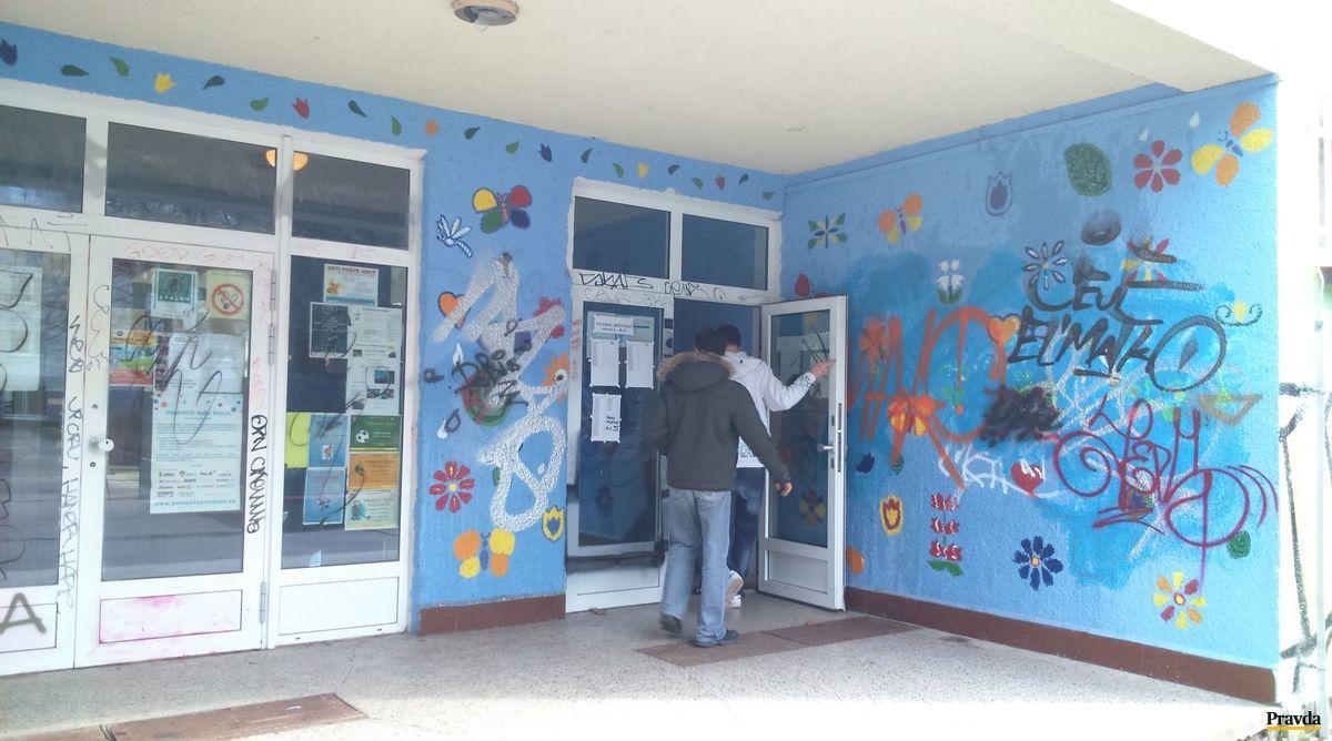 Voľby na Základnej škole Borodáčova v bratislavskom Ružinove sú zatiaľ bez problémov.