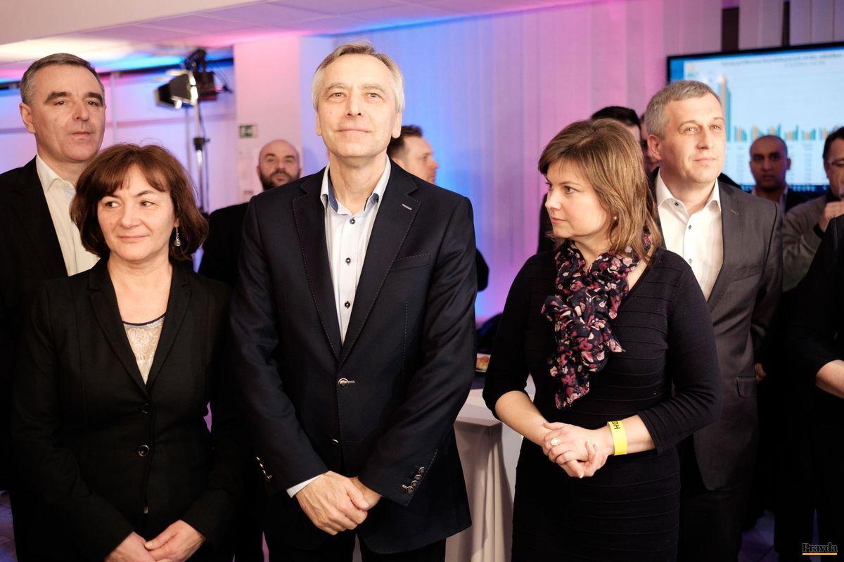 V centrále KDH - zľava Peter Belinský, Ján Figeľ s manželkou, Miroslava Szitová, Pavol Zajac.