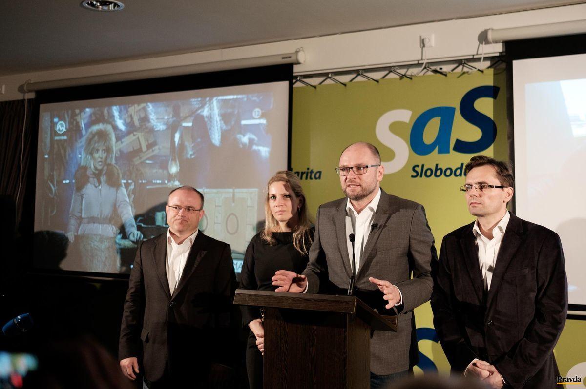 """Centrála SaS - Jozef Mihál, Jana Kiššová, Richard Sulík a  Ľubomír Galko. Po Sulíkovom prejave zaznela pieseň Tiny Turner """"Simply the Best""""."""