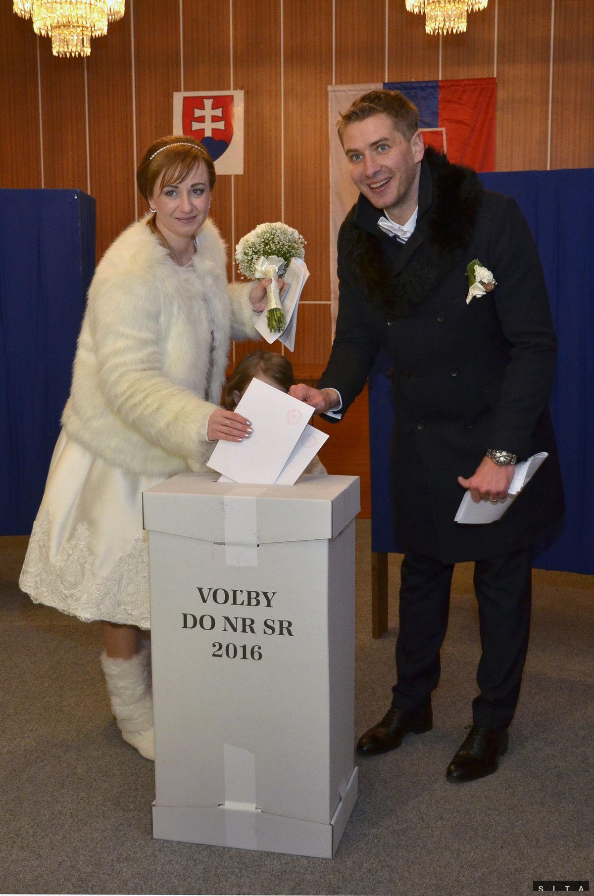 Mladomanželia počas volebného aktu pre voľby do Národnej rady SR na Mestskom úrade v Starom Smokovci.