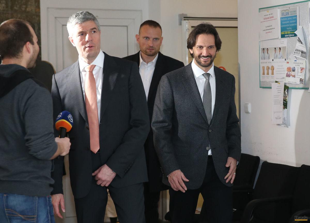 Predseda strany Most-Híd Béla Bugár a podpredseda Smeru Robert Kaliňák pred debatou v Slovenskej televízii.