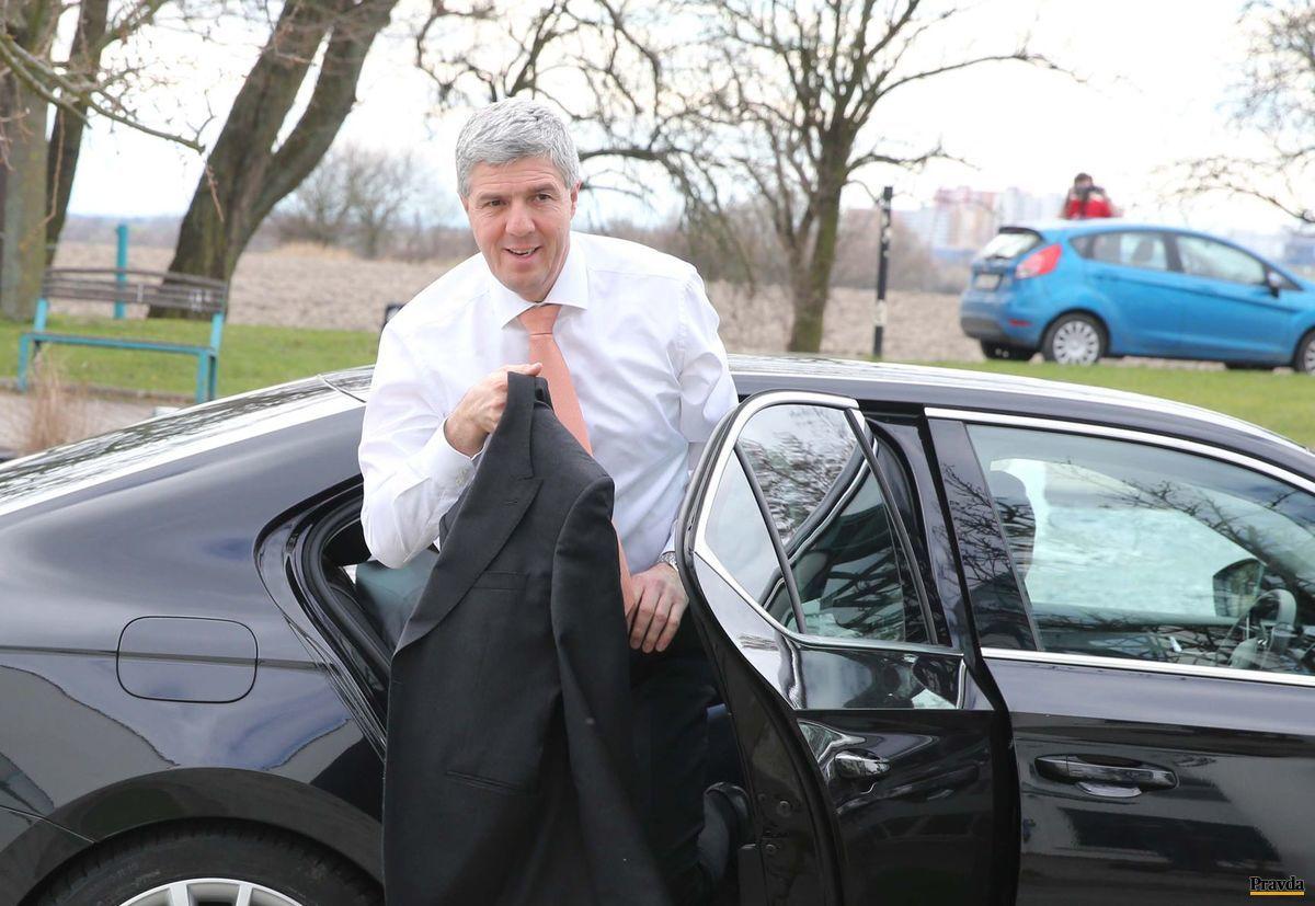 Predseda strany Most-Híd Béla Bugár prichádza na televíznu debatu.