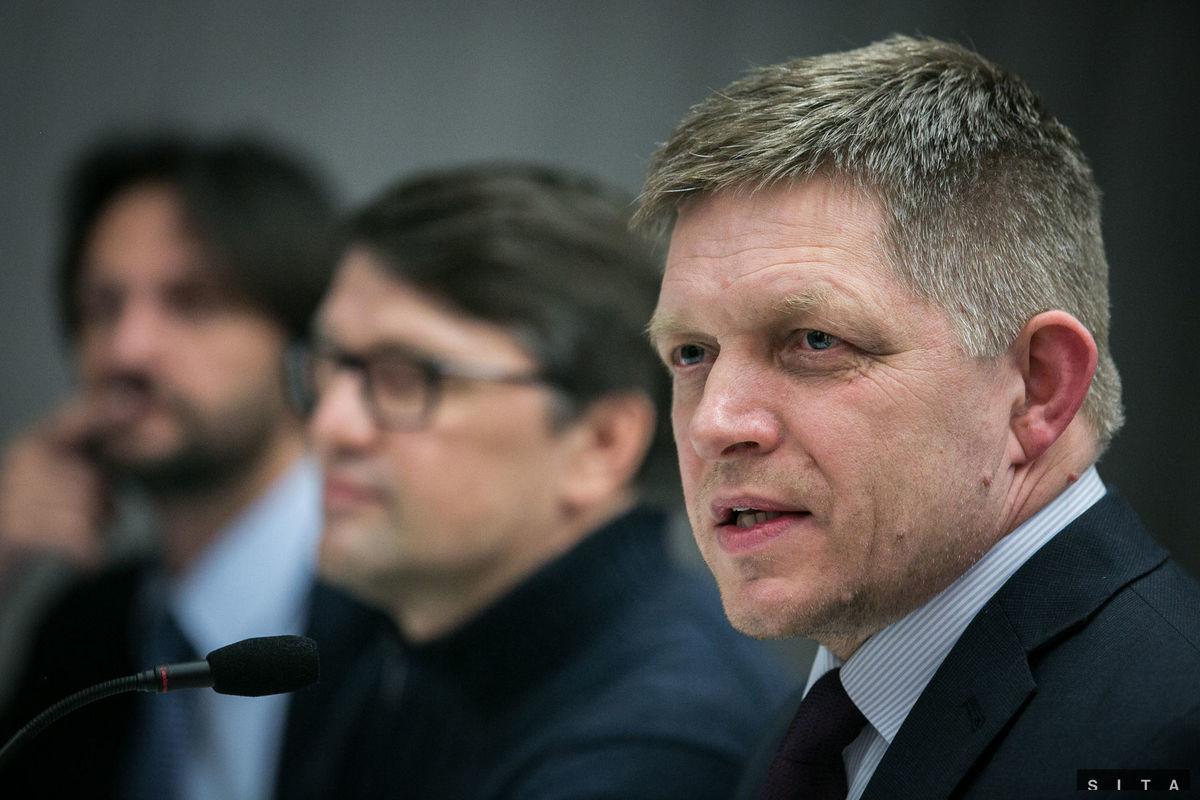 Sprava: Predseda strany Smer-SD Robert Fico, podpredseda strany Smer-SD Marek Madarič a podpredseda strany Smer-SD Robert Kaliňák počas TB vo volebnej centrále po ukončení volieb do Národnej rady SR v roku 2016.