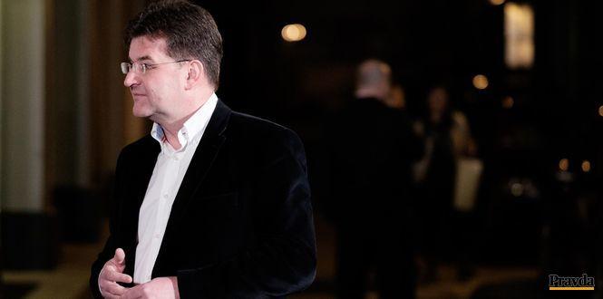 """Ak sme si zvolili fašistu do parlamentu, asi je dôvod, aby sme sa všetci nad sebou zamysleli,"""" narážal na stranu Mariána Kotlebu minister zahraničia Miroslav Lajčák."""