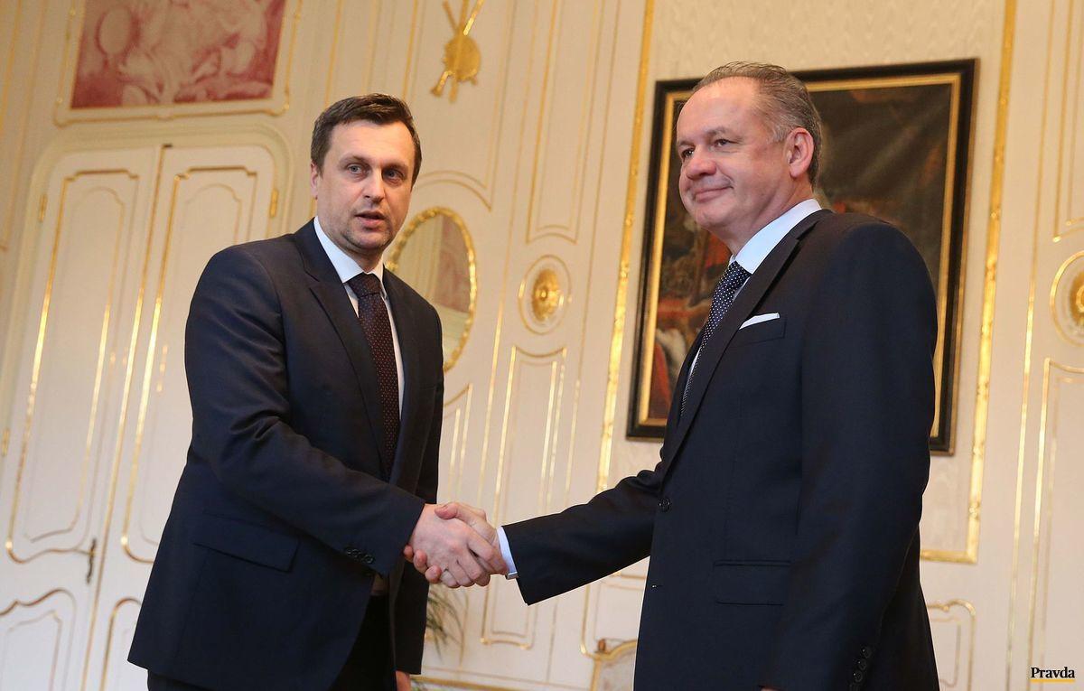 Predseda SNS Andrej Danko si podáva ruku s prezidentom Kiskom.